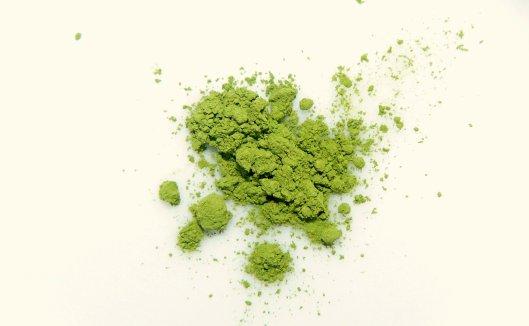 Un po' di matcha. La polvere è impalpabile e color verde giada.