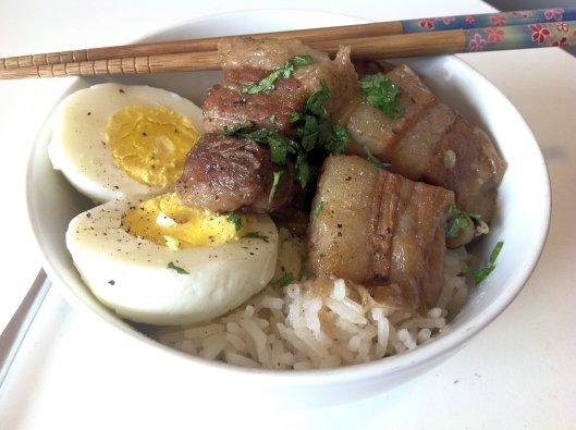 Ed eccolo qui, il buta no kakuni servito caldo su riso in bianco con ovetto sodo. Non dimenticate di salare e pepare a vostro gradimento!