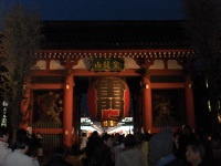 Dal mio archivio personale: 25 dicembre 2006, l'ingresso al tempio di Asakusa. Dove ci sono le luci, c'è cibo.