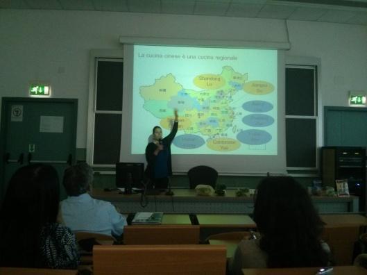 Marta Valentini illustra le scuole regionali della cucina cinese: sono più di quattro, alcune anche espressione di minoranze etniche
