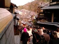 Dal mio archivio personale: scendo a piedi dal tempio di Kiyomizudera a Kyoto, cercando di non fermarmi a mangiare in ogni negozietto.