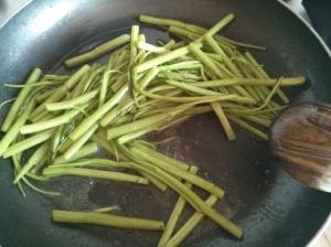 Per cucinare i gambi e le foglie bastano un filo d'olio e poca acqua (tanto ne cacciano fuori anche loro). Sale e brodo vegetale aggiungeranno un po' più di sapidità a una verdura che ha un gusto molto pronunciato e gradevole.