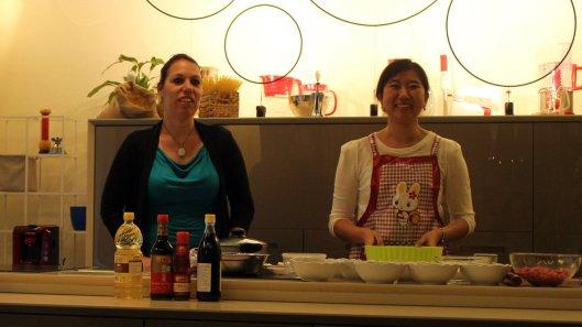 sinistra Marta Valentini, direttore esecutivo dell'Istituto Confucio, a destra Zhang Yang, insegnante dell'Istituto che si è prestata a spiegare la preparazione dei baozi cinesi