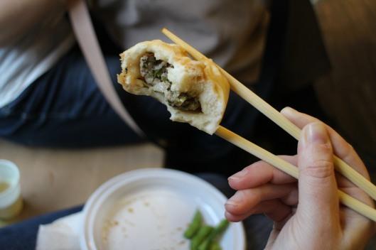 Allo showcooking i baozi ci sono stati serviti con aceto e salsa di soia. Accompagnati da fagioli edamame e della sempre ottima birra Tsing-Tao