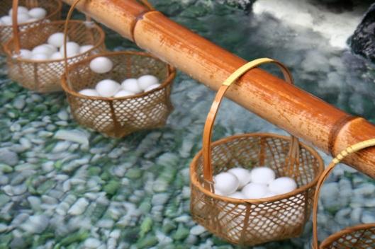 Uova in cottura nell'onsen. Immagine in licenza CC, alcuni diritti riservati. Attribuzione http://www.flickr.com/photos/eylc/