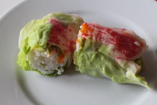 Se osservate bene la parte con gli ovetti rossi di questo involtin, noterete che è compressa proprio dal  foglio di carta di soia. Praticamente insapore, aiuta a contenere il cibo.