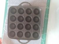La padellina per i takoyaki vista da sopra. Ci sono 16 concavità per altrettante polpettine.