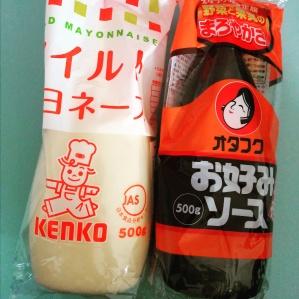 A sinistra la confezione di maionese giapponese, a destra quella della salsa okonomiyaki