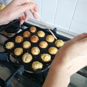 Come vedete i takoyaki nell'angolo in basso a destra si cuocevano più lentamente. Nulla di irrimediabile :)