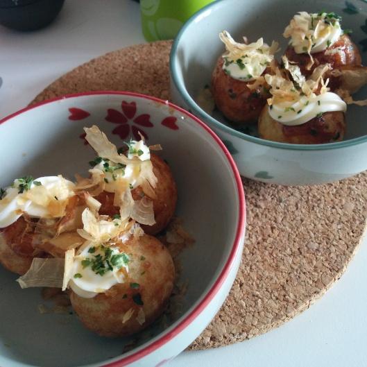 Primo round di takoyaki, già conditi con il topping necessario e pronti per essere mangiati ancora bollenti!