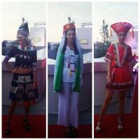 Costumi tipici uiguri indossati da modelle europee